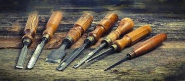 Alte benutzte hölzerne Drehbank meißelt Auswahl auf dem Holztisch Stockbild