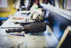 Alte benutzte Haarbürste und Zubehör in Frisurfriseur salo Lizenzfreies Stockbild