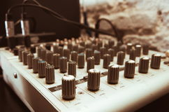 Alte benutzte musikalische Mischernahaufnahme Lizenzfreie Stockfotos
