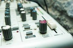 Alte benutzte musikalische Mischernahaufnahme Lizenzfreie Stockbilder