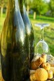 Alte benutzte Rebkorken, Apfelweinflaschen und Glas Stockfoto