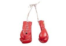 Alte benutzte rote lederne Boxhandschuhe mit den Spitzeen, lokalisiert auf weißem Hintergrund Stockbild