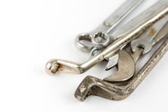Alte benutzte Schlüsselwerkzeuge lokalisiert über weißem Hintergrund mit Kopienraum Lizenzfreies Stockbild