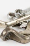 Alte benutzte Schlüsselwerkzeuge lokalisiert über weißem Hintergrund mit Kopienraum Stockfotos