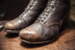 Alte benutzte Stiefel gemacht vom echten Leder, Abschluss herauf Foto Stockfoto