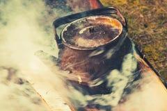 Alte benutzte Teekanne mit kochendem Wasser, getontes Foto Stockfoto