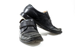 Alte benutzte und getragene schwarze Lederschuhe Stockfotos