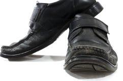 Alte benutzte und getragene schwarze Lederschuhe Lizenzfreie Stockfotos