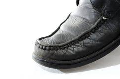 Alte benutzte und getragene schwarze Lederschuhe Lizenzfreies Stockfoto