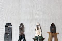 Alte benutzte und schmutzige Metallzangen und -schneider Stockbilder