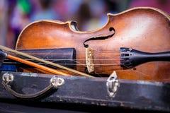 Alte benutzte Violine und Bogen der Weinlese Lizenzfreie Stockfotografie