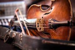 Alte benutzte Violine und Bogen der Weinlese Stockbild