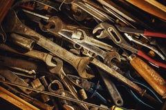 Alte benutzte Werkzeuge im Fach Stockfoto
