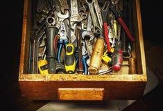 Alte benutzte Werkzeuge im Fach Stockbild