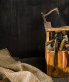 Alte benutzte Werkzeuge im Werkzeugkasten Dunkler Hintergrund Stellen-Beleuchtung Getrennter hölzerner Kasten Stockfoto