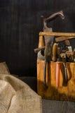 Alte benutzte Werkzeuge im Werkzeugkasten Dunkler Hintergrund Stellen-Beleuchtung Getrennter hölzerner Kasten Lizenzfreie Stockbilder