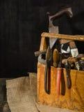 Alte benutzte Werkzeuge im Werkzeugkasten Dunkler Hintergrund Stellen-Beleuchtung Getrennter hölzerner Kasten Stockfotos
