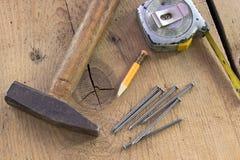 Alte benutzte Zimmereiwerkzeuge Stockbilder