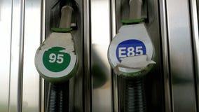 Alte Benzin- oder Tankstellegastanksäuledüse Tankstelle Füllen des Autos mit Kraftstoff stock footage