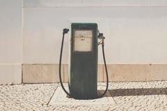 Alte Benzinpumpe und Ölzufuhr Stockfotografie