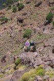 Alte Berberfrauen auf Eseln Stockfotografie