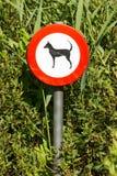 Alte beschädigt unterzeichnen herein die Büsche - die verbotenen Hunde Stockfoto