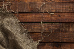 Alte Beschaffenheit des groben Sackzeugs auf Holztisch, Draufsicht Lizenzfreie Stockbilder