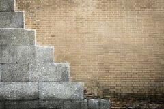 Alte Beschaffenheit einer beige Backsteinmauer mit Zementplatten Lizenzfreies Stockbild