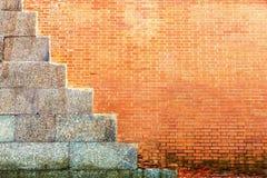 Alte Beschaffenheit einer Wand des roten Backsteins mit Zementplatten Lizenzfreie Stockfotos