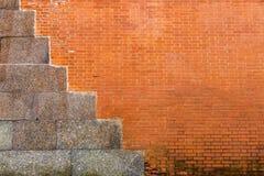 Alte Beschaffenheit einer Wand des roten Backsteins mit Zementplatten Stockbilder