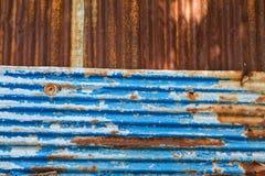 Alte Beschaffenheit und rostiger Zinkzaunhintergrund Stockfotos
