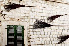 Alte Besen stellten über der Straße als Dekoration auf Stockfotografie