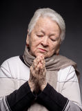 Alte betende Frau Stockfotografie