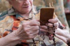 Alte betende Frau Lizenzfreie Stockbilder