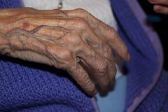 Alte betende Hände Stockbilder