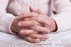 Alte betende Hände Händchenhalten, Frontansicht horizontal Lizenzfreie Stockfotografie