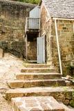 Alte Betonblock-Schritte und Gebäude Stockfoto