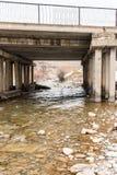 Alte Betonbrücke auf dem Fluss Sairam-SU kazakhstan Stockfotos