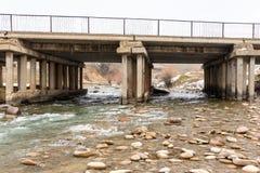 Alte Betonbrücke auf dem Fluss Sairam-SU kazakhstan Stockfoto