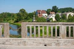 Alte Betonbrücke mit Vorhängeschlössern am sonnigen Tag Stockfoto