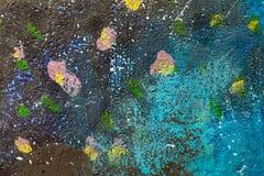Alte Betonmauer befleckt mit einer farbigen Farbe lizenzfreies stockfoto