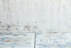 Alte Betonmauer der Nahaufnahme mit Steinbodenbeschaffenheitshintergrund Lizenzfreies Stockbild