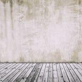Alte Betonmauer mit altem Bretterboden, abstraktes Weinlese backgr Stockfotografie