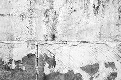 Alte Betonmauer mit der Schale der weißen Farbe Lizenzfreies Stockfoto