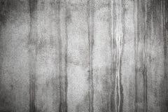 Alte Betonmauer mit dunklen nassen Flecken Lizenzfreie Stockfotos