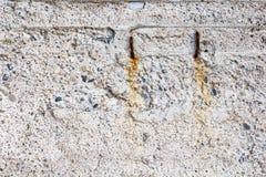 Alte Betonmauer mit Einbuchtungen und Sprüngen Stockbild