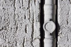 Alte Betonmauer mit einem Rohr Lizenzfreie Stockbilder