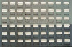 Alte Betonmauer mit hellem Schlitz Lizenzfreie Stockfotos