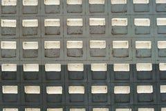 Alte Betonmauer mit hellem Schlitz Stockbilder