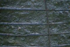 Alte Betonmauer mit Installationen Stockfotos